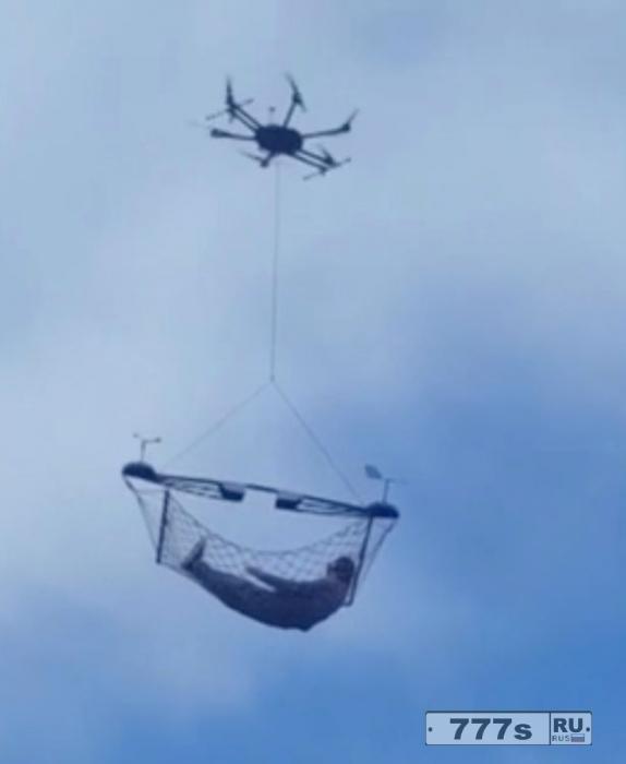 Мужчина расслабился в гамаке подвешенному к дрону и парящему в воздухе.