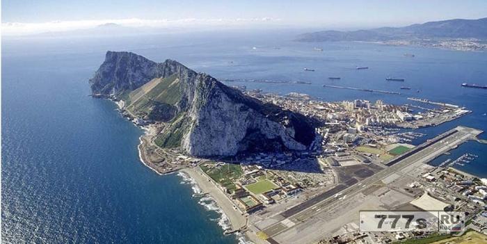 Испанцы издеваются над Британией сравнивая ее солдат с обезьянами в Гибралтаре и показывая Королеву в синяках.