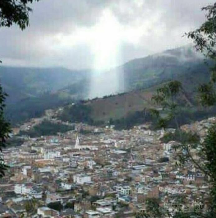 Над колумбийским городом, где погибло в оползне 17 человек появилась фигура Иисуса.
