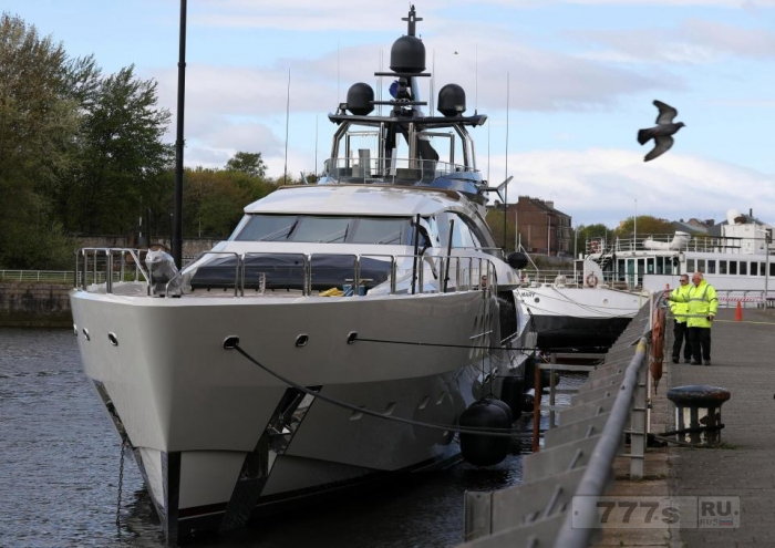 Богатейший человек России пришвартовал свою супер яхту Леди М на реке Клайд в Глазго.