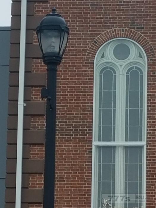 Жуткое лицо, прячущееся в фонарном столбе, испугало людей.