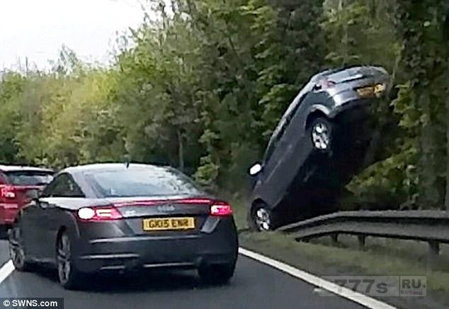 Странный момент машина катиться назад и заезжает на дерево, через некоторое время водитель пытается поймать машину.
