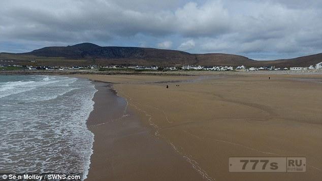 Песчаный пляж, который был смыт 33 года назад, снова появляется за ночь после прилива.