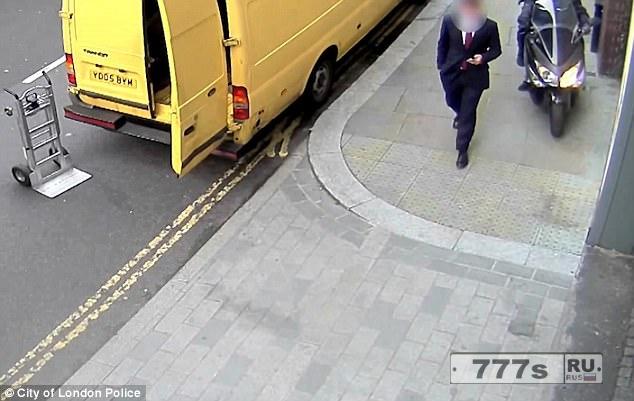 Воры на мопеде выхватывают мобильный телефон у бизнесмена, когда он идет по тротуару в центре Лондона.