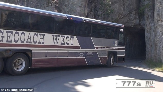 Ученик водителя автобуса втиснулся своим автобусом в 3-метровый туннель в Южной Дакоте.