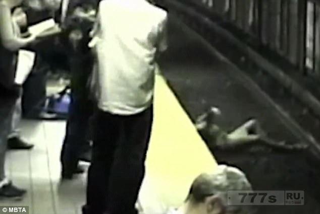 Драматический момент молодая женщина упала на рельсы метро в Бостоне.