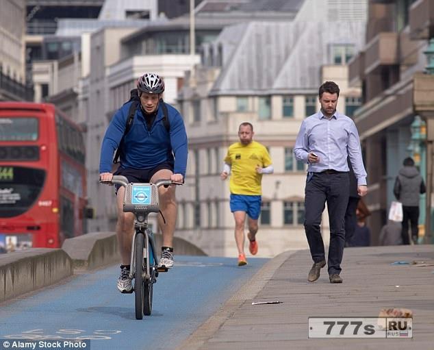 Парамедики Британии предупреждают, что велосипедные дорожки угрожают жизням людей.