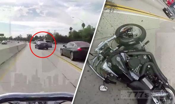 Мотоциклист влетает в заднюю часть автомобиля и подает на крышу.