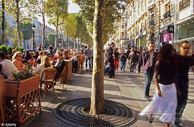 Жительницы Парижа боятся выходить из дома, так как банды «мигрантов» угрожают им за «нескромную» одежду.