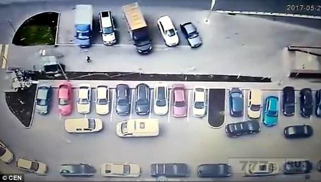 Мужчина чудом остается жив когда большой мусорный контейнер накрывает его во время бури в Москве.