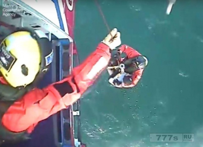 Потерявшегося серфера нашли в 13 милях от берега после 30 часов дрейфа в море.