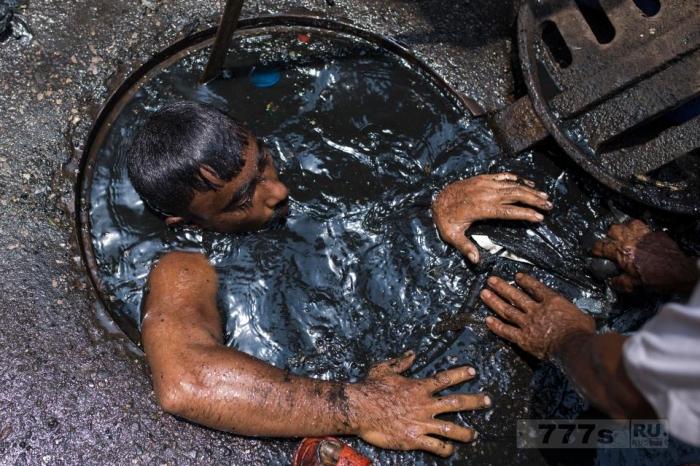 Очиститель канализации в Бангладеш ныряет в вонючие отходы менее чем за 300 фунтов в месяц.