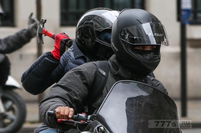 Банды на мотоциклах, вооруженные молотками и ломами нападают на покупателей в лондонском Вест-Энде.