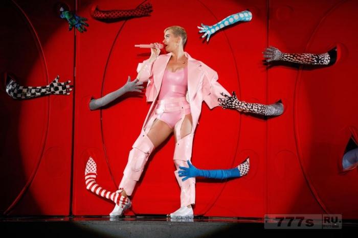 Подростковая мечта Кэти Пэрри обнажила крепкие бедра в костюме из ПВХ.