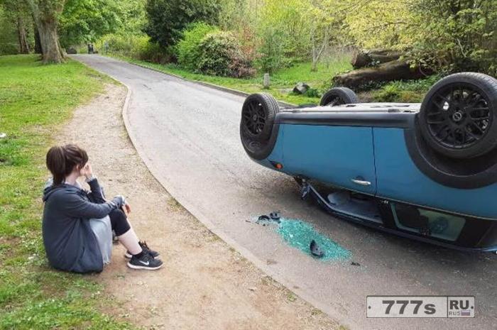 Женщина возвратилась с прогулки и обнаружила свою машину перевернутой вандалами на крышу.