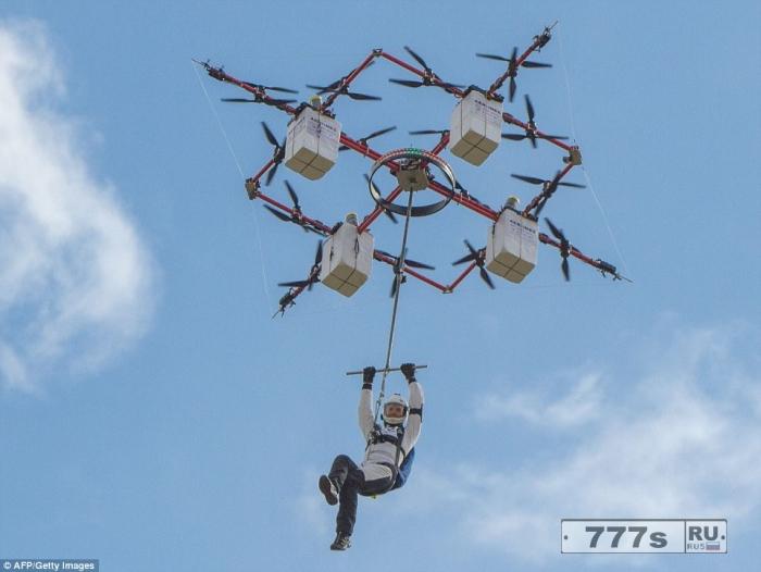 На видео смельчак прыгает с высоты 330 метров с 28-пропеллерного дрона.