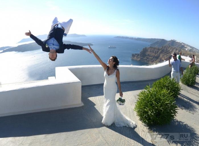 Профессионал по паркуру провел подходящую свадебную паркурскую фотосессию.