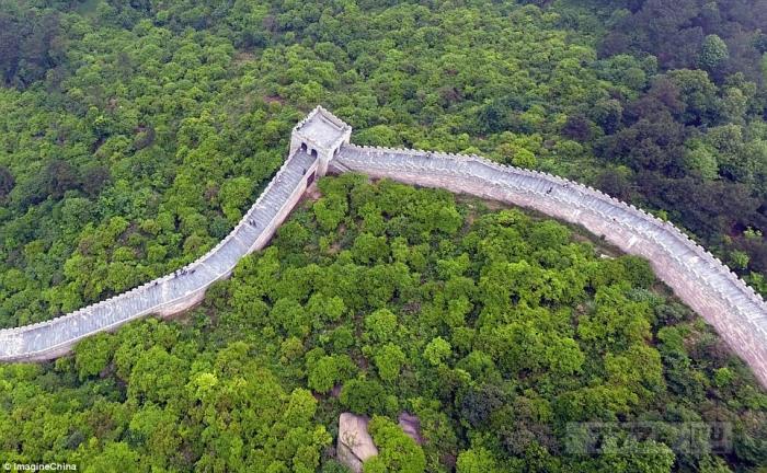 В Китае открылась копия Великой китайской стены и туристы думают, что они ходят по оригинальной стене.