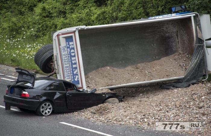 Удивительно, но водитель остался совершенно невредим после того, как грузовик раздавил его BMW.