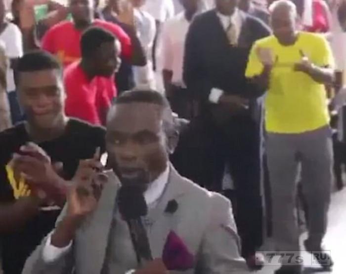 Пастор «звонит богу по своему мобильнику» во время церковной службы.