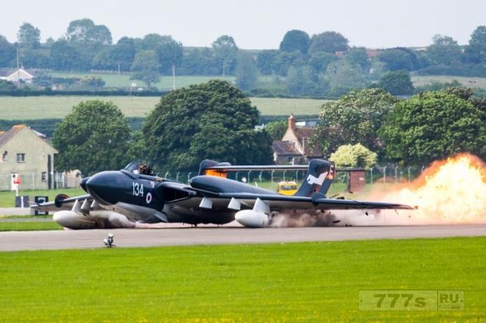 Удивительные фотографии показывают, как пилот остался невредимым после аварийной посадки.
