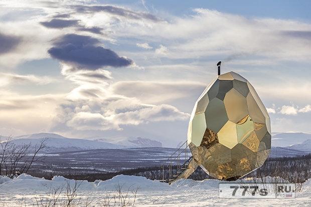 Что-то удивительное скрыто внутри этого золотого гигантского яйца в Швеции.