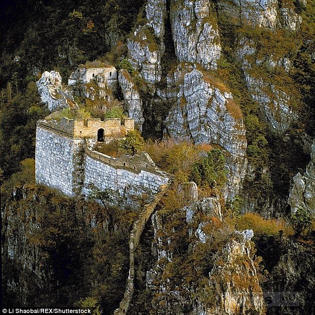 Как отреставрировать Великую Китайскую стену? Рабочие рискуют своей жизнью, болтаясь над рушащимися скалами.
