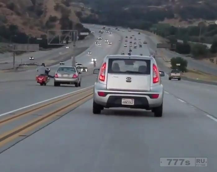 Дорожная ярость принимает драматический поворот, когда водитель пытается помешать мотоциклу.