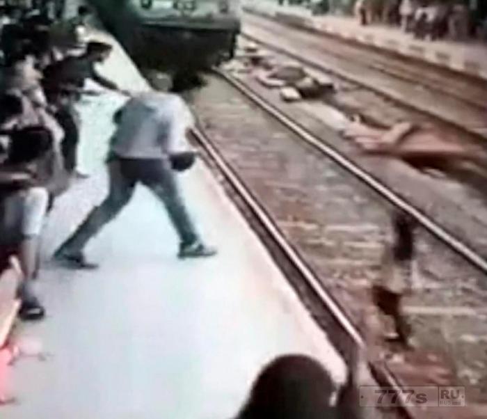 Женщину в наушниках сбивает подходящий к перону поезд.
