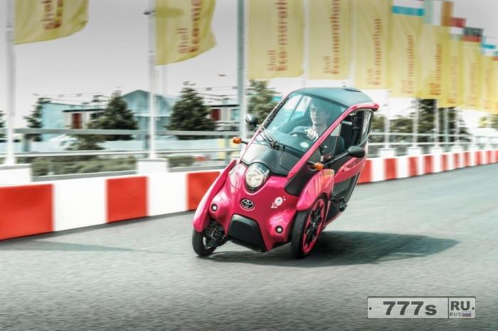 Мы катаемся на Toyota LEINING iRoad, которая имеет все преимущества мотоцикла, скрещенного с автомобилем