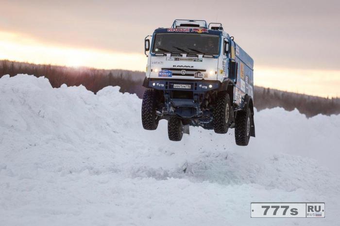 Невероятный 1000-сильный российский Камаз тяжело пролетает надо льдом дороги.