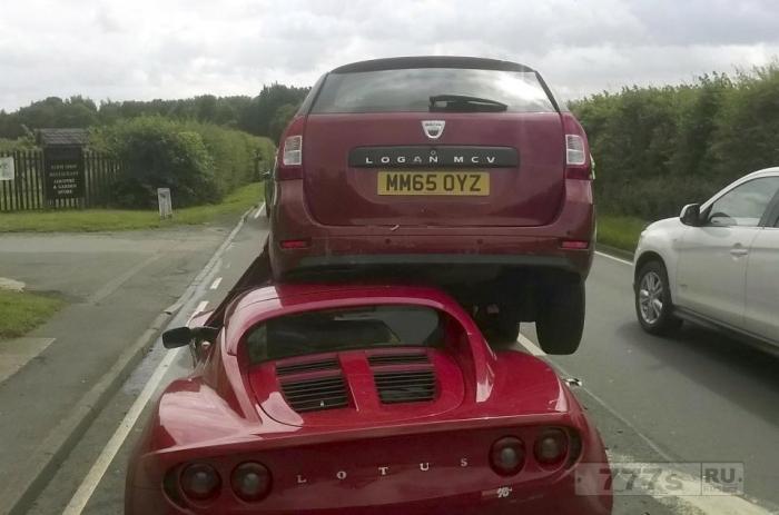 Водитель нового спортивного автомобиля Lotus Elise стоимостью 35 000 фунтов стерлингов счастлив что остался живым.