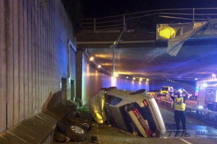 «Чудесное» спасение для мужчины и детей, когда машина упала с эстакады.