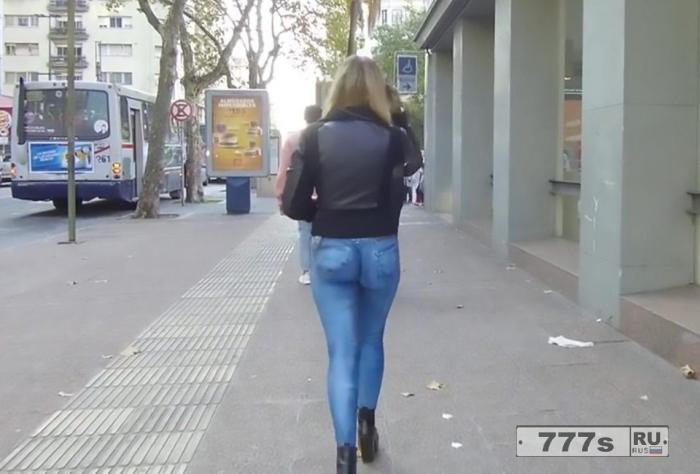 Сексуальная южноамериканская модель Гиме Гелос шокирует город, разгуливая в нарисованных джинсах.