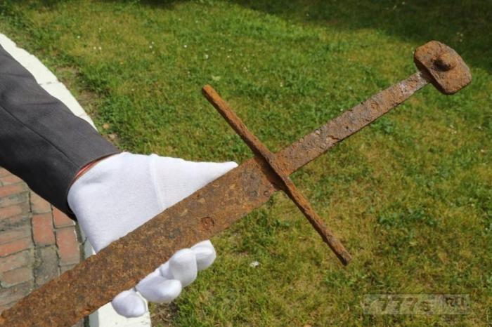 Строитель нашёл прекрасно сохранившийся 600-летний длинный меч в польском болоте.
