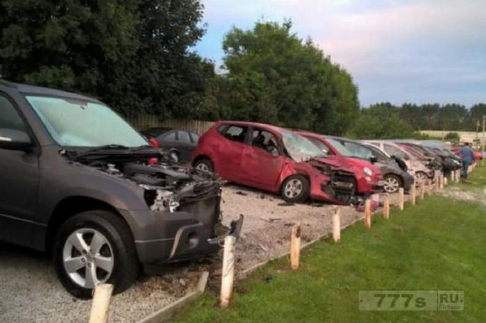 Пассажирка скончалась, после того как машина вылетела с главной дороги во двор где были припаркованы 22 автомобиля.