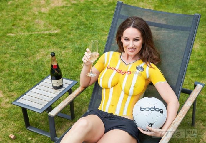 Эйр Юнайтед запускает новинку с топлесс моделью, тело которой покрыто желтой и белой краской.