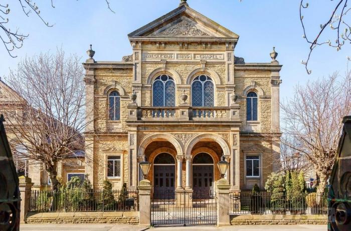 Внутри прекрасной методической церкви 19-го века, превращенной в потрясающий дом стоимостью 1,5 миллиона фунтов стерлингов с витражами и кафедрами. 1
