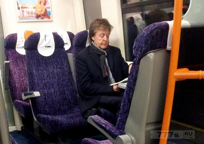 Сэр Пол Маккартни был замечен одним в поезде из Лондона без телохранителя или свиты.