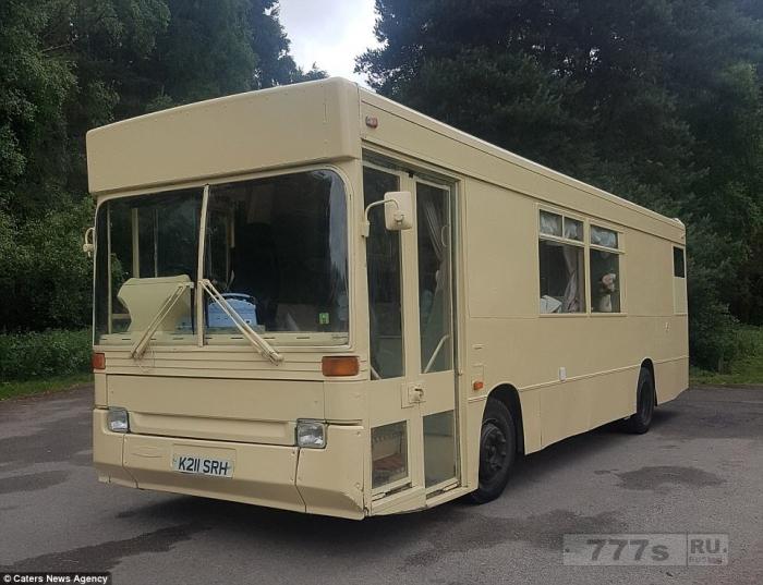 Молодая пара сделала себе дом из старого автобуса.