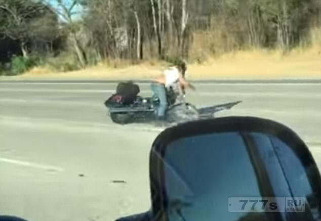 Ужасный момент, когда байкер утрачивает управление над мотоциклом и падает.