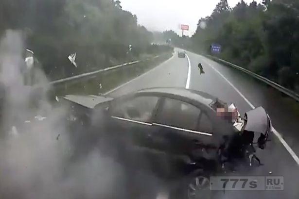 Ужас. Пассажир вылетает из заднего окна автомобиля на обочину дороги и чудесным образом остается жив.