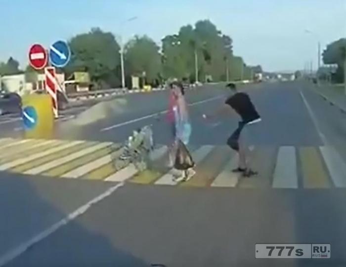 Сердце останавливается, огромный грузовик проскакивает в миллиметрах от коляски с ребенком на «зебре» в Ростове-на-Дону.