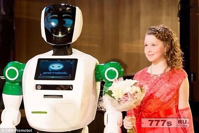 Удивительный момент, когда робот спасает девочку от травмирования.