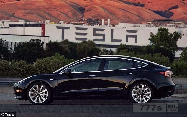 Элон Муск разместил фото первой модели Тесла Model 3 через день после того, как она сошла с производственной линии.