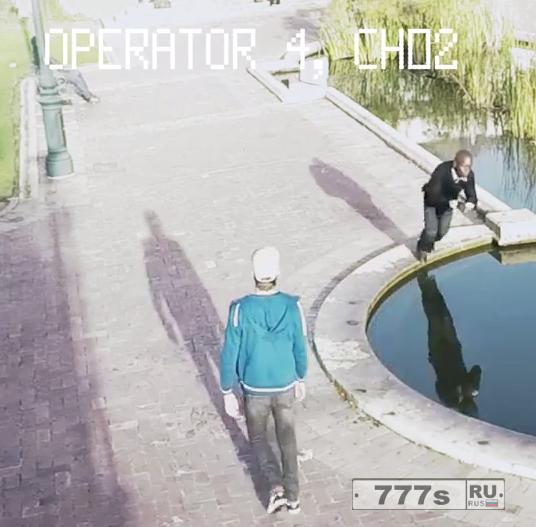 Веселые фотографии показывают, как пешеходы падают во время ходьбы и отправления текстовых сообщений.