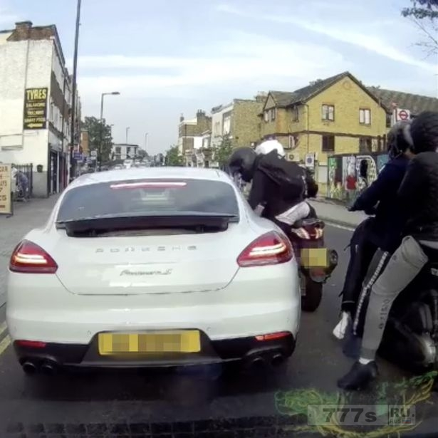 Водитель Porsche, «ограблен бандой на мопедах», когда застрял в час пик.