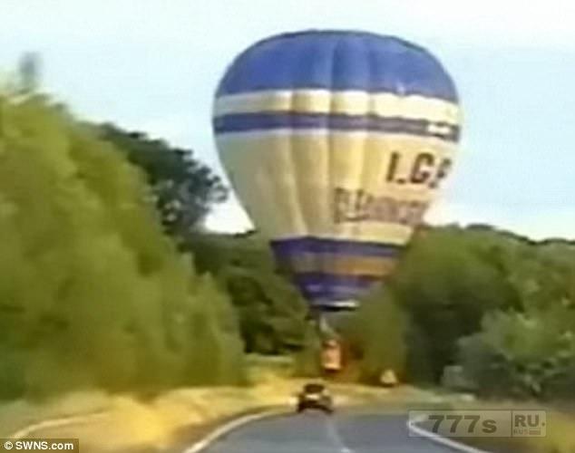 Воздушный шар чуть-чуть не зацепил машины на оживленной дороге, поскольку он упал на землю.