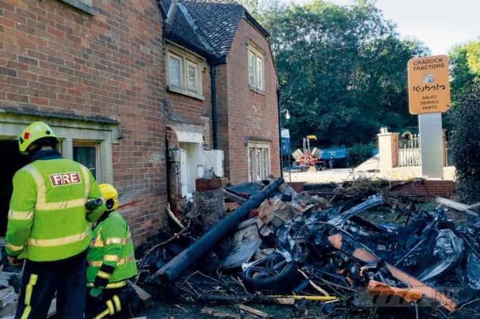 Водитель и пассажир суперкара за £145,000 чудесным образом спаслись, а машина сгорела.