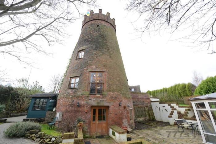 Эта старая ветряная мельница превратилась в пятиместный семейный дом.